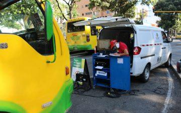 106 vehículos, de un total de 282 examinados en las vías desde el primero de agosto, no cumplen la norma ambiental por emisiones contaminantes