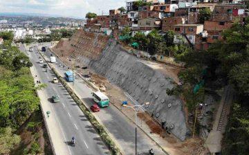 Comunidad está satisfecha por avance del 46 % en la construcción de una pantalla anclada para mitigación del riesgo en el barrio Bellavista de Girón, con inversión del AMB y el Municipio de Girón