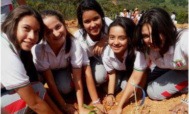 Papel Planeta, AMB y estudiantes de Colegio Santa Isabel de Hungría sembraron 200 árboles en el Cerro de la Cantera